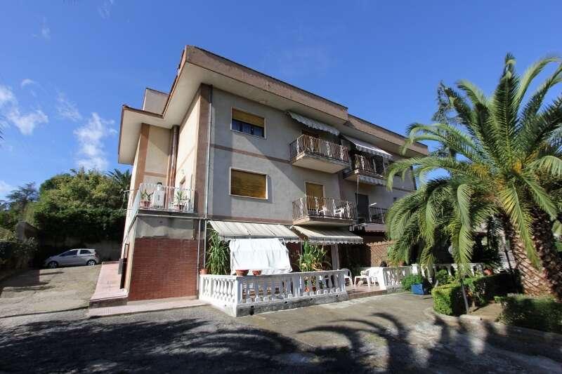 Appartamento in vendita a rende via michelangelo for Appartamento di 600 metri quadrati con 2 camere da letto