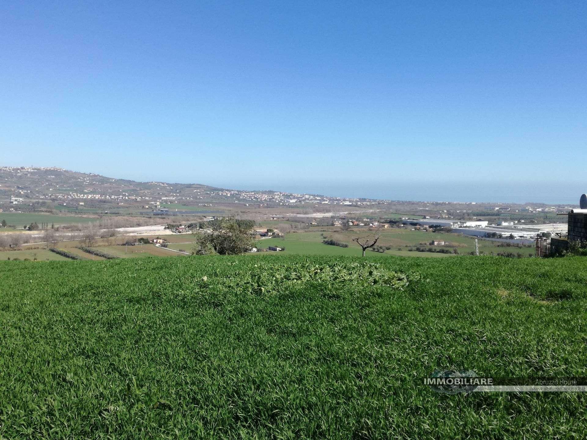 Terreno agricolo in vendita a atri - Diritto di passaggio su terreno agricolo ...