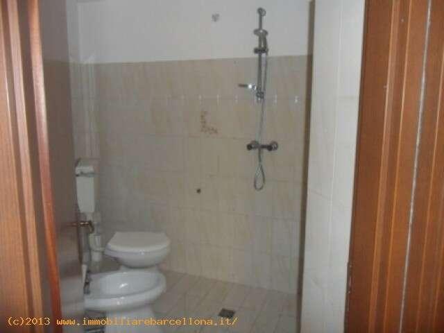 Appartamento quadrilocale in affitto a barcellona pozzo di for Camere in affitto a barcellona