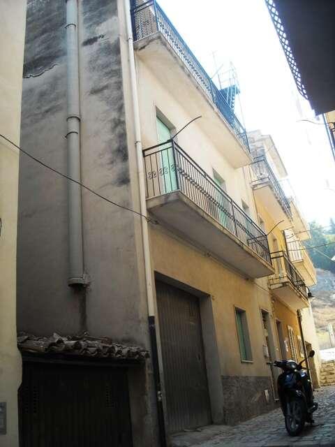 Casa indipendente in vendita a scicli via rico su tre livelli for Casa di 2 piani in vendita