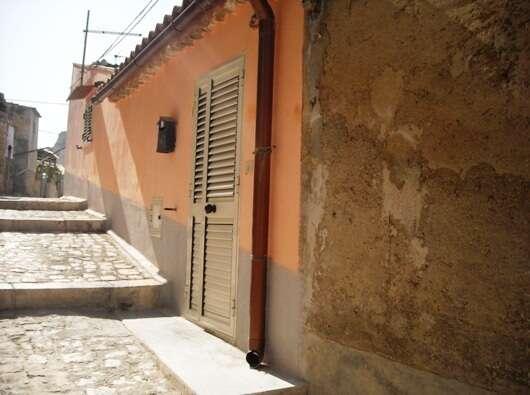 Casa indipendente in vendita a scicli via monte cucco due for Moderni piani di due camere da letto