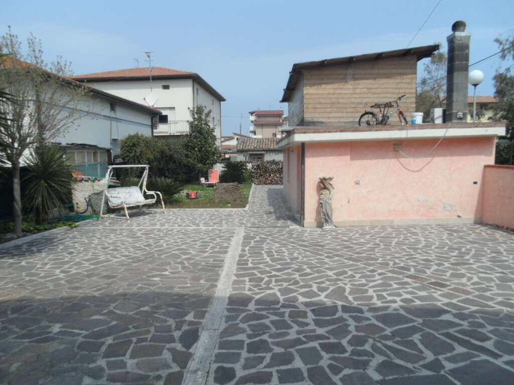 Casa indipendente in vendita a alba adriatica zona mare for Casa di 1200 metri quadrati