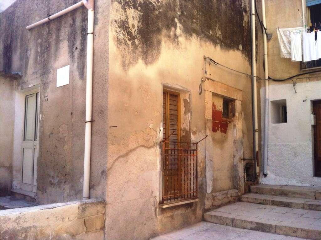 Casa indipendente in vendita a scicli via san bartolomeo ristrutturato doppio ingresso su due for Aggiunte di case a due livelli